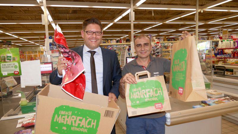 Marco Morten Pufke hält sie in der Hand: die letzte Plastiktüte des REWE-Markts am Roggenkamp. Der stellvertretende Msrktleiter Sani Cinar musste tatsächlich lange suchen, bis er sie für diesen Fototermin gefunden hatte.