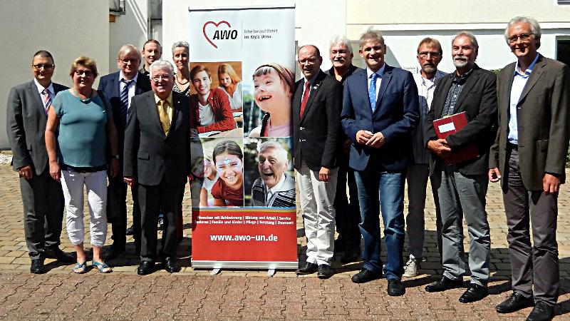 Tauschten sich zum Thema Sozialer Arbeitsmarkt mit weiteren Akteuren aus: Arbeitsminister Rainer Schmeltzer (6 v.r.),  AWO-Vorsitzender Wilfried Bartmann (5. v.l.) und AWO-Geschäftsführer Rainer Goepfert (1 v.l.)