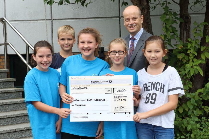Die 6.-Klässler der Freiherr-vom-Stein-Realschule mit Bayer-Personalchef Dr. Jens Herold.