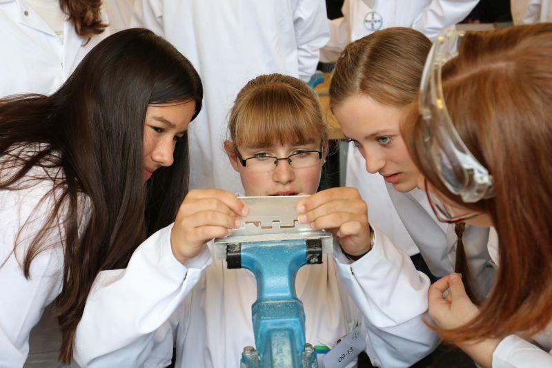 Schülerinnen prüfen, ob das Werkstück in die vorgegebene Form passt. Fotos: Bayer