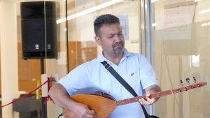 Der Sänger und Musiker Alan Bewar (Künstlername) begleitete die Einweihungsfeier musikalisch. Der Kurde floh mit seiner Frau und den drei Kindern vor mehr als einem Jahr aus Syrien. Seit neun Monaten lebt die Familie in Bergkamen. Seinen Dank dafür drückte er durch ein Lied aus - teilweise un deutscher Sprache.