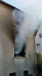 Dicke Rauchschwaden quollen aus dem Fenster der brennenden Wohnung an der Ebertstraße. Foto: Feuerwehr Bergkamen