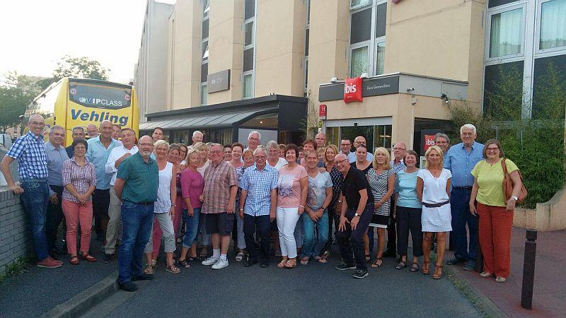 Die Bergkamener Gruppe vor dem Ibis-Hotel in Gennevilliers.