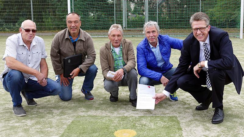 """Bernd Schäfer (r.) und Kay Schulte (2.v.r.) mit der Spitze des FC TuRa Bergkamen im """"Sandkasten"""" des Nordbergstadions."""