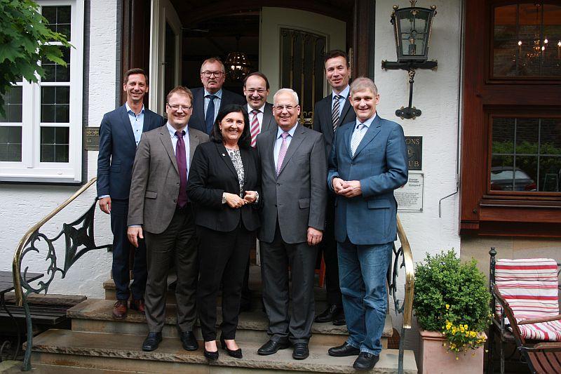 Bei einem Treffen verabredeten die Landräte im Regierungsbezirk Arnsberg für den Krisenfall eine Zusammenarbeit bei der Bevölkerungsinformation. Foto: Martin Reuther – Hochsauerlandkreis