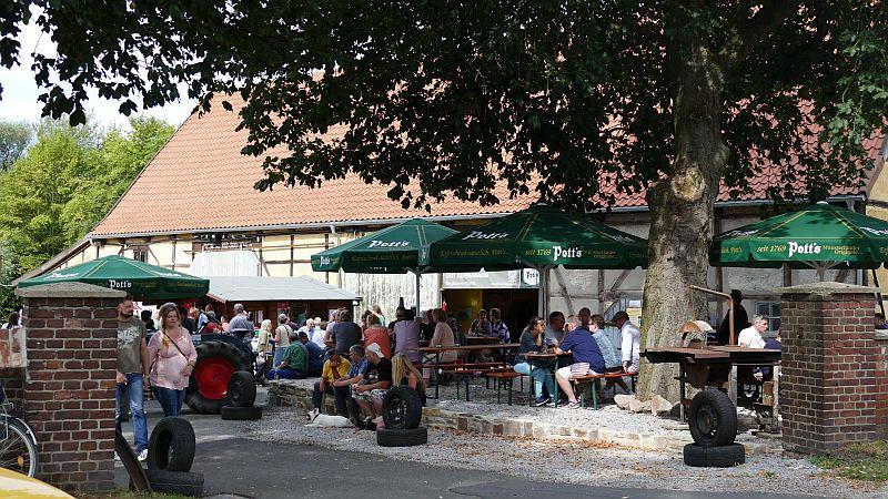 """Die historische Scheune und der Hof davor eignen sich sehr gut für einen Cafébetrieb. Das zeigt der Tag des offenen Denkmals auf der """"Oldtimer-Remise Hof Keinemmann in Rünthe."""