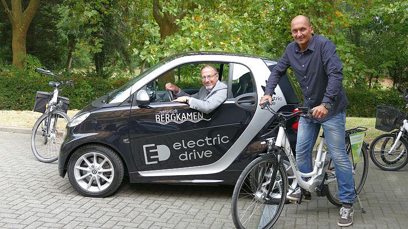 Bürgermeister Roland Schäfer und Thomas Hartl stellen den neuen gebrauchten E-Smart der Stadtverwaltung vor.