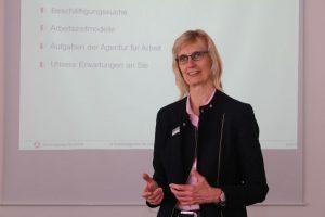 Martina Leyer berät in ihrem Seminar Frauen und Männer, die nach einer längeren Pause wieder in den Beruf einsteigen wollen. Foto: Nathalie Neuhaus