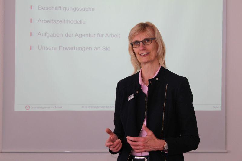 Martina Leyer berät in ihrem Seminar Frauen und Männer, die nach einer längeren Pause wieder in den Beruf einsteigen wollen. Foto: Foto: Nathalie Neuhaus