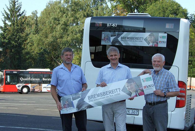 Andreas Feld (VKU), Landrat Michael Makiolla und Manfred Grod (Kreisverkehrswacht) setzen sich für mehr Sicherheit an Bushaltestellen ein. (Foto: VKU)
