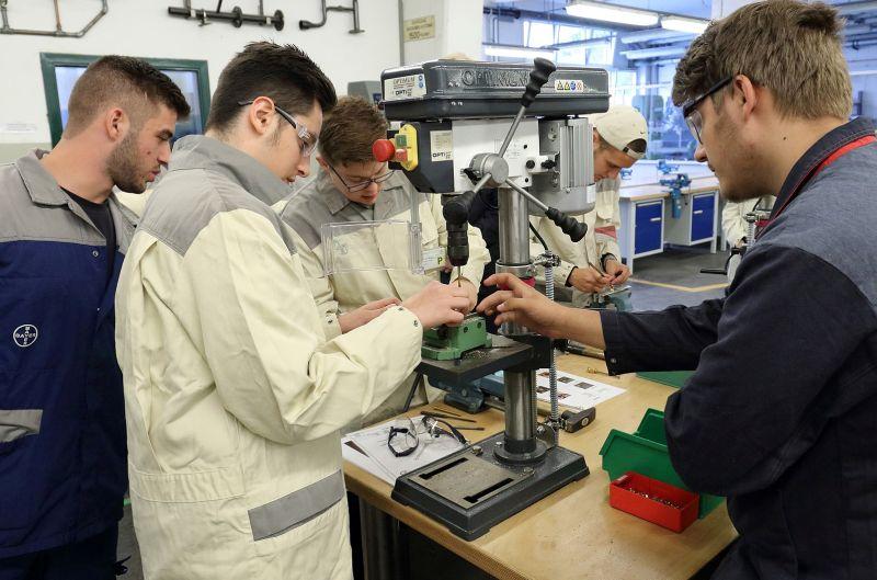 Unter Anleitung von Bayer-Auszubildenden führten die Gäste in der Metallwerkstatt und allen anderen Bereichen der Ausbildung praktische Arbeiten durch. Foto: Bayer