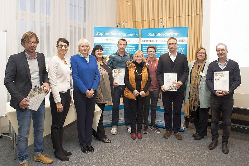 Mona Ehrenberg von der Bayer-Schulstiftung (2 v. l.), die städtische Beigeordnete Christine Busch (2. v. r.) und Vertreter der Bergkamener Schulen, die für ihre naturwissenschaftlichen Projekte ausgezeichnet worden sind. Foto: Bayer