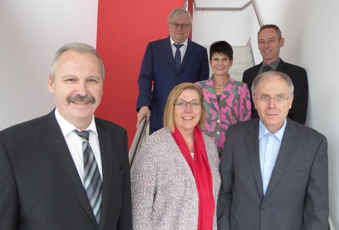 Freuten sich über die Wahl der neuen Vorsitzenden des Jobcenter-Beirats Christine Busch (vorne) und ihres Stellvertreters Uwe Kutter (vorne, rechts): Martin Wiggermann (vorne, links), Claudia Hermsen (hinten), Uwe Ringelsiep (hinten, links) und Christian Scholz (hinten, rechts)