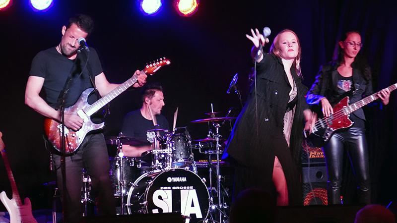 Die kanadische Blues-Sängerin Layla Zoe mit ihrer Band am mittwochabend im Almrausch.
