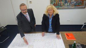 Beate Brumberg und Martin Weber erläutern die Pläne für die neue Hauptstelle und die Filialen auf dem Nordberg und in Weddinghofen, die geschlossen werden.