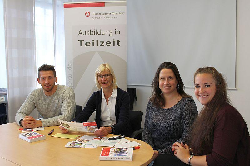 Informieren über Teilzeitausbildung (v.l.): Gianluigi Zingone (Kommunales Jobcenter), Martina Leyer (Agentur für Arbeit Hamm), Gesa Kölmel (Kommunalen Jobcenter) und Miriam Baier (Kolping-Bildungszentrum)