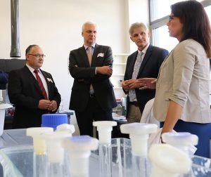 Dr. Frank Berendes, NRW-Wirtschaftsminister Garrelt Duin, Landrat Michael Makiolla und Rabea Kleschnitzki, Fa. QHP Life Science, (v. l.) beim Rundgang durch das Bio Security-Kompetenzzentrum.