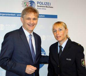 Landrat Michael Makiolla begrüßt die neue Direktionsleiterin Verkehr, Polizeirätin Anja Wagner, bei der Kreispolizeibehörde Unna (Foto: Hellmann, Pressestelle KPB Unna)