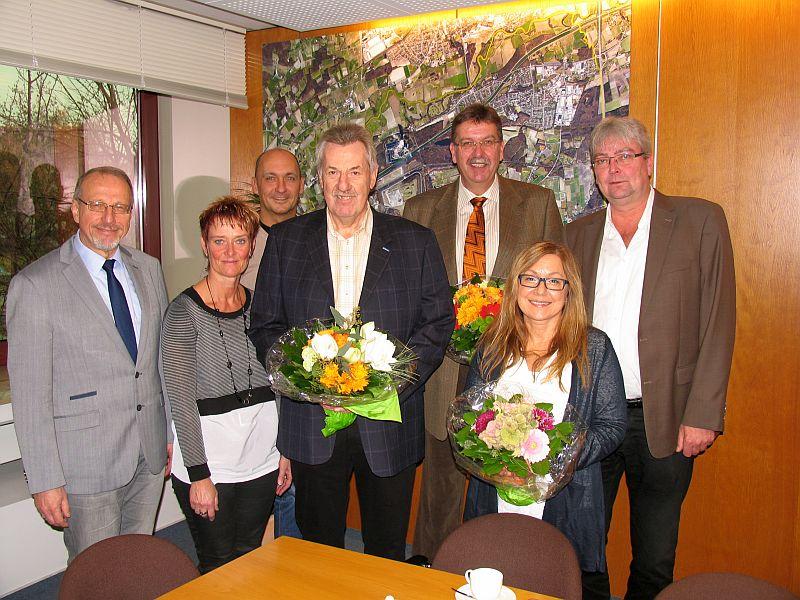 Udo Semrau (4.v.l und Heiko Busch (3.v.r.) wurden im Rahmen einer Jubilarehrung im Rathaus durch Bürgermeister Roland (l.)Schäfer ausgezeichnet.