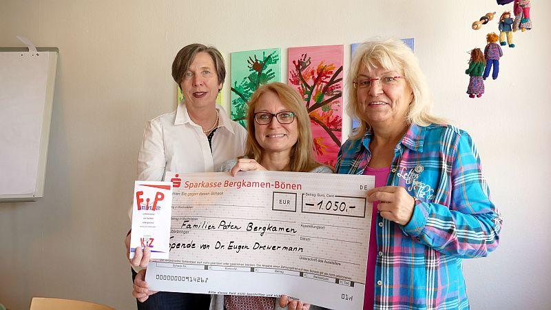 Die Drewermann-Spende überbrachte die stellvertretende Leiterin der Bergkamener Volkshochschule (m.) an Margarete Hackmann (l.) und Brigitte Nötting