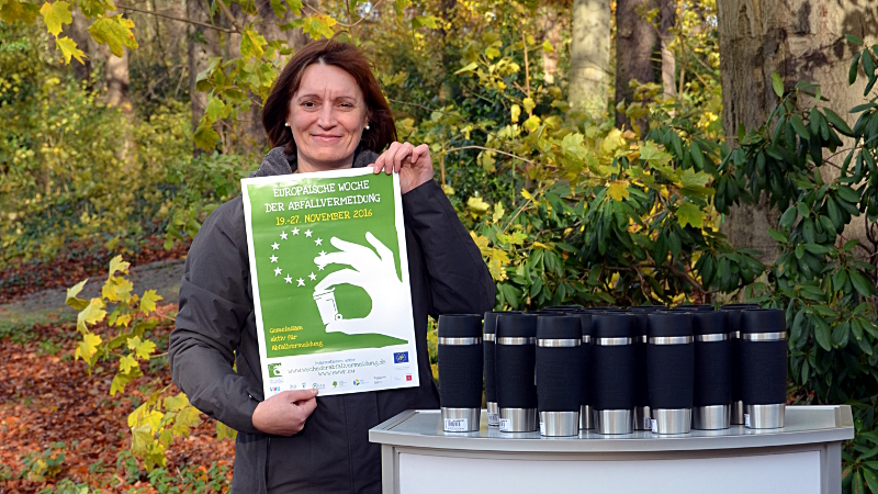 GWA-Abfallberaterin Dorothee Weber mit den zur Verlosung stehenden Coffee-to-go-Bechern