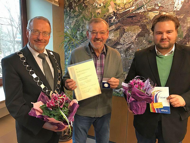 Bürgermeister Roland Schäfer zeichnete Rainer Friedrich Geschwind und Marc-Oliver Deiting für ihr ehrenamtliches Engagement aus (v.l.).
