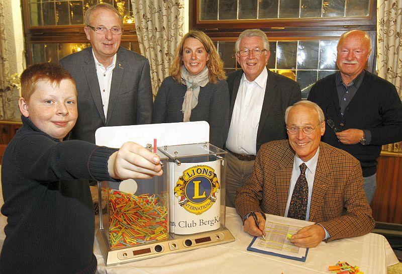 """vlnr """"Glücksbote"""" Henrik Brandt (11), Präsident Reinhard Middendorf. Stefanie Brandt, Friedrich-Wilhelm Brumberg, Dr Hubert Brinkschulte, und Ernst Schregel"""