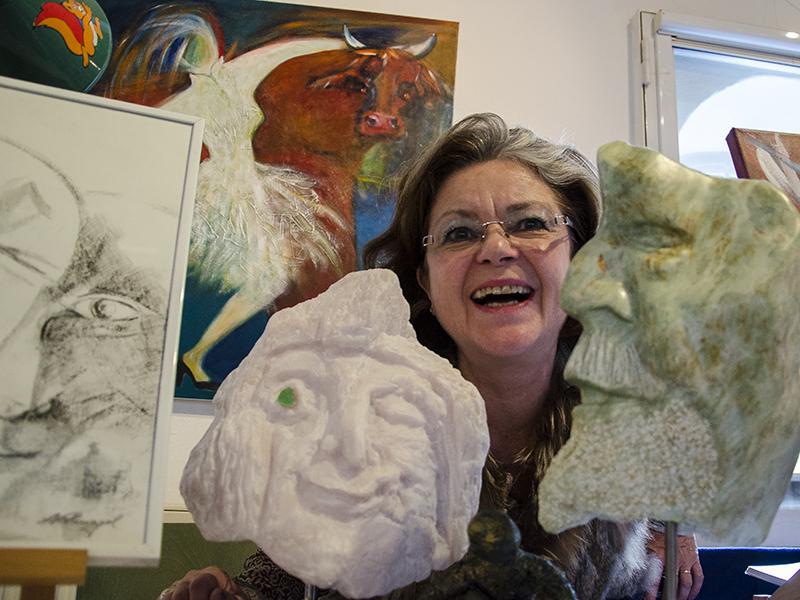 """Fröhliche Künstler-Gesichter zwischen Skulpturen und Gemälden beim letzten """"Kunstnachten"""", wie hier Gitta Nothnagel mit ihren Werken."""