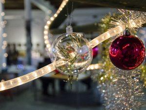Was wie simple Weihnachtskugeln aussah, barg in Wahrheit echte Kunst in sich - zumindest den Weg dorthin.