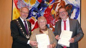 Bürgermeister Roland Schäfer (l.) zeichnete Ingrid Kallenbach und Heinz-Georg Webers mit der Silbermedaille der Stadt Bergkamen aus.