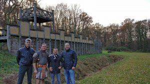 """Besuch der türkischen Delegation im Römerpark - hier mit Museumsleiter Mark Schrader in """"Dienstkleidung"""". Auch die Partnerstadt Silifke hat eine römische Vergangenheit."""