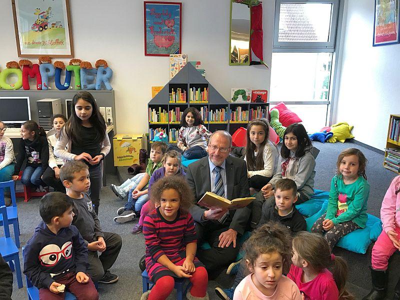 Roland Schäfer liest in der Stadtbibliothek den Kindern spannende Kurzgeschichten vor.