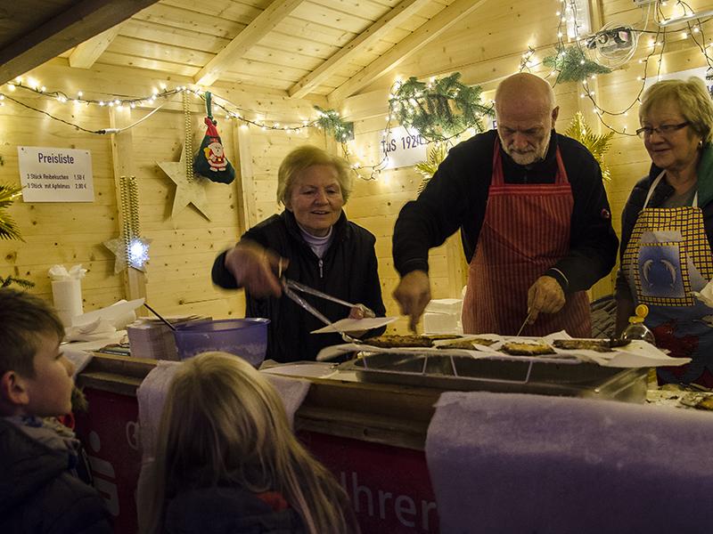 Nicht nur den Reibekuchen gab es auf dem Overberger Weihnachtsmarkt zusammen mit viel Herzblut.