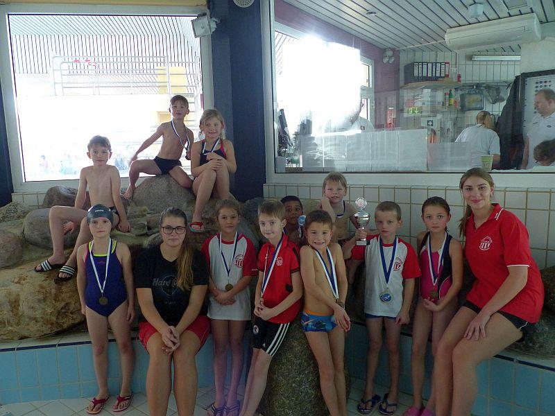 Die Schwimmer der Jahrgänge 2009 und 2010 Trainerinnen Michelle Rudolf und Nele Fritzsche