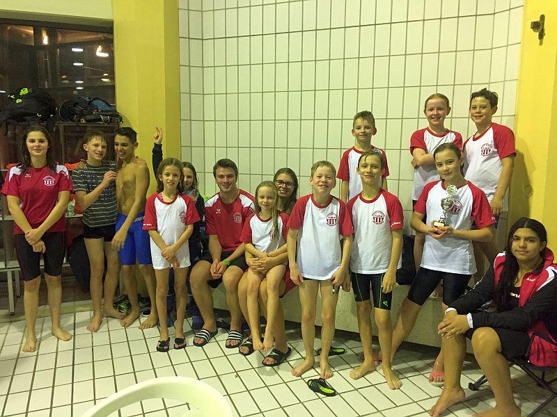 Die Schwimmer der Jahrgänge 2003 bis 2008 mit dem Trainer Lucas  Polley.