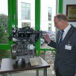 Bürgermeister Schäfer begutachtet den Ford-Motor.