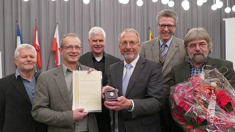 Zur Verleihung des Ehrenrings gratulierten auch die Fraktionsvorsitzenden (v. l.): Werner Engelhardt (BergAUF), Thomas Grziwotz, Thomas Heinzel (CDU), Roland Schäfer, Bernd Schäfer (SPD) und Hans-Joachim Wehmann (Bündnis 90 / Die Grünen).