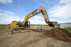 Der Bagger bei der Arbeit - immer länger wird der Graben im Verlauf der Ausgrabung. Foto: LWL/R. Pieper