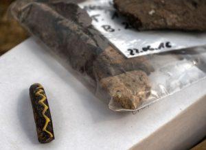 Dieser Glasarmring mit gelber Verzierung ist ein typische Schmuckstück der Eisenzeit und ist in der Siedlung entdeckt worden. Foto: LWL/K. Burgemeister