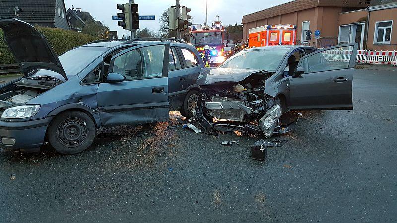 Unfall am Sonntagnachmittag auf der Jockenhöfer-Kreuzung. Foto: Feuerwehr Rünthe