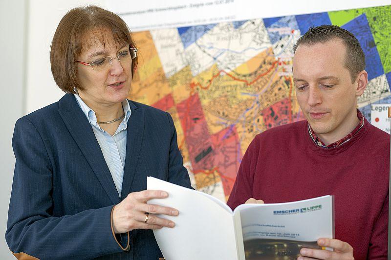 Angela Pfister, Leiterin des Technischen Hochwassermanagements, und ihrem Mitarbeiter Marc Krüger beobachten auch an den Feiertagen das Wetter und die Wasserstände der Lippe (Foto: Klaus Baumers)