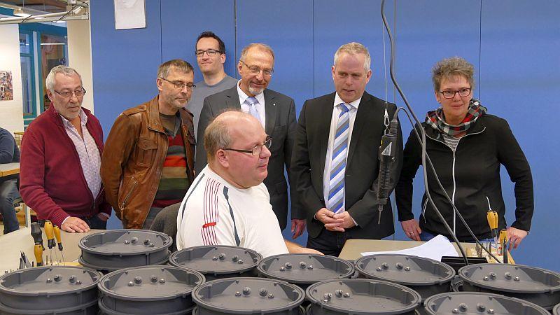 Betriebsbesuch in der Nicolai-Werkstatt - hier in der Produktion von LED-Leuchten (v.l.): Burkhard Jung, Walter Kärger, Roland Schäfer, Michael Dreiucker und Iris Spyra, die Leiterin begleitende Dienste und Qualifizierung).