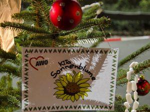 Einder der Weihnachtsbäume, die von den Kita-Kindern geschmückt wurde.