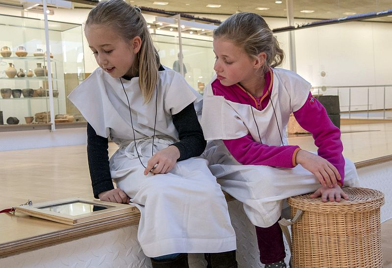 """Mit """"iPad und Cista"""" können Familien mit Kindern auch während der Feiertage die Dauerausstellung des LWL-Römermuseums in Haltern erkunden.  Foto: LWL/Burgemeister"""