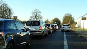 Auch auf der Westicker Straße gab es einen langen Stau, weil viele Verkehrsteilnehmern wegen des Unfalls auf der Hochstraße den Umweg über Südkamen suchten. Foto: Ulrich Bonke