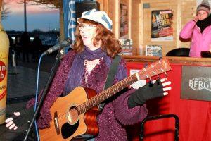 Die Sängerin Kelsey Klamath sorgte am Freitag beim Auftakt des Marina Hafenfeuers für Stimmung.