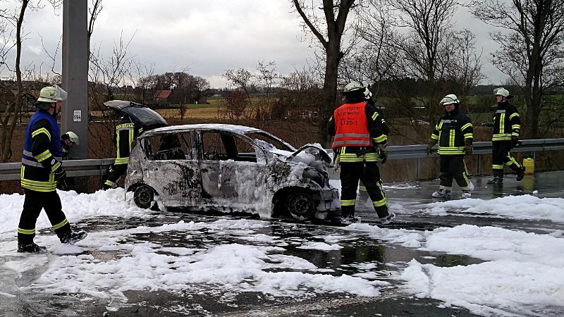 Der brennende Pkw wurde mit Schaum gelöscht, hat aber die Fahrbahn beschädigt. Insgesamt entstand ein 10 km langer Rückstau bis zur Abfahrt Ascheberg. Foto: Feuerwehr Werne