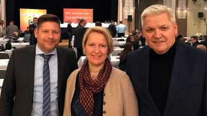 Strahlende Gesichter bei CDU-Kreisvorsitzenden Marco Morten Pufke (links) und den beiden heimischen CDU-Bundestagsabgeordneten Sylvia Jörrißen und Hubert Hüppe nach der Nomi-nierung auf dem CDU-Bezirksparteitag in Bochum.