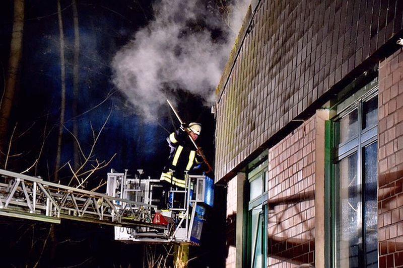 Die Feuerwehr Kamen bekämpft den Dachstuhlbrand am Jugendfreizeitzentrum Lüner Höhe. Fotos: Ulrich Bonke