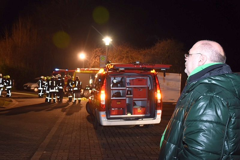 Der Leiter des jFZ Lüner Höhe, Michael Wrobel, beobachtet die Löscharbeiten der Kamener Feuerwehr. (Foto: Ulrich Bonke)